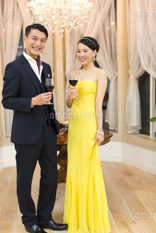 ワインを手に微笑む男女の写真素材 [FYI02971174]