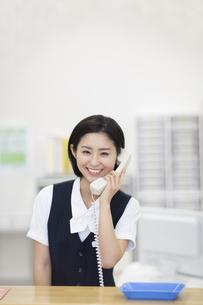 電話をする制服姿の女性の写真素材 [FYI02971199]