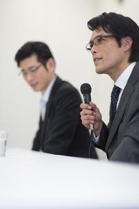 会見をするビジネス男性の写真素材 [FYI02971203]