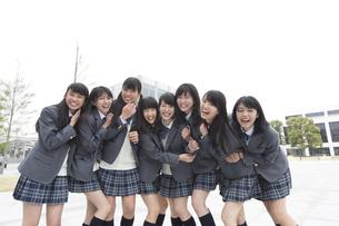笑顔で並ぶ女子高校生たちのポートレートの写真素材 [FYI02971212]
