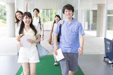 笑いながら歩く学生たちの写真素材 [FYI02971215]