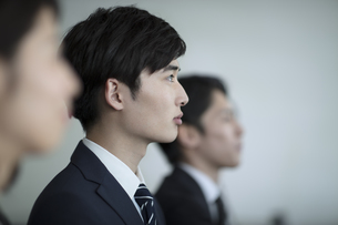 前を見るビジネス男性の横顔の写真素材 [FYI02971221]