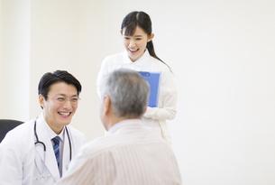 患者に問診をする男性医師の写真素材 [FYI02971226]