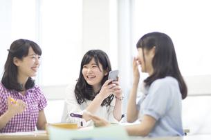 教室で会話する女子学生たちの写真素材 [FYI02971232]