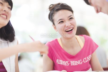 談笑する学生たちの写真素材 [FYI02971243]