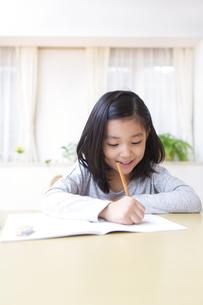 ノートに字を書く女の子の写真素材 [FYI02971245]