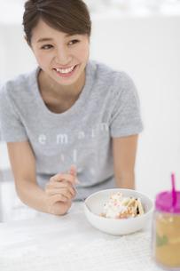 食事をしながら笑う女性の写真素材 [FYI02971271]