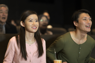 映画を観るカップルの写真素材 [FYI02971276]