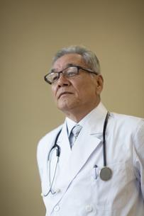 遠くを見て考える男性医師の写真素材 [FYI02971281]