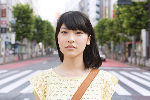 真顔で道に立つ若い女性のアップの写真素材 [FYI02971283]