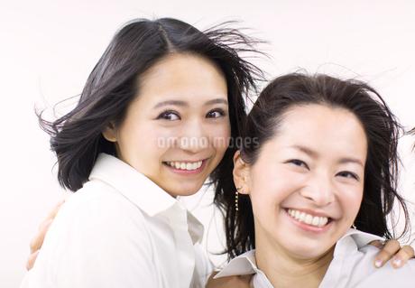 風を受けながら笑う女性2人の写真素材 [FYI02971284]
