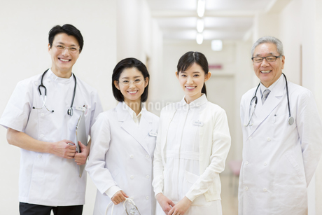笑顔の医師たちの写真素材 [FYI02971287]