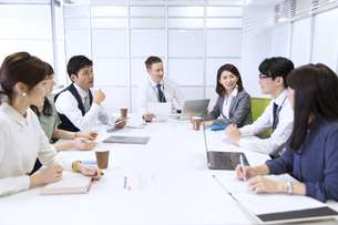 会議中のビジネス男女の写真素材 [FYI02971288]