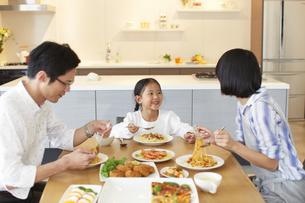 家族3人での食事シーンの写真素材 [FYI02971296]