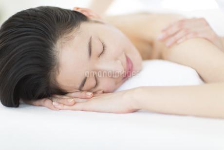 うつ伏せで肩をマッサージされている女性の写真素材 [FYI02971309]