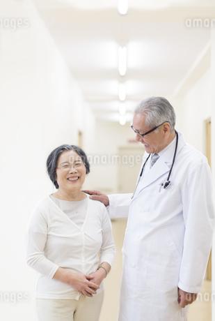 笑顔の患者と男性医師の写真素材 [FYI02971313]