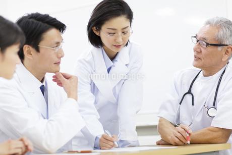 打合せをする医師たちの写真素材 [FYI02971324]
