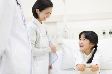病室で話をする女性看護師と女の子の写真素材 [FYI02971339]