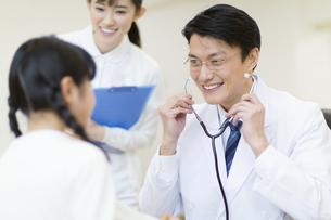 女の子に聴診器をあてる男性医師の写真素材 [FYI02971350]