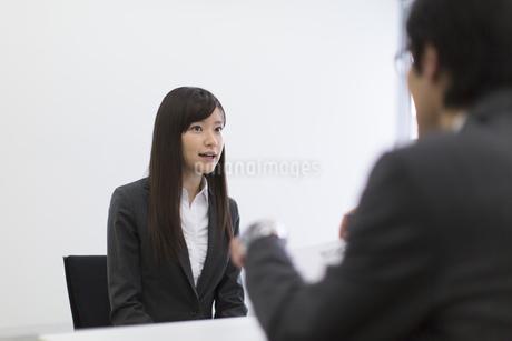 面接を受ける女性の写真素材 [FYI02971351]