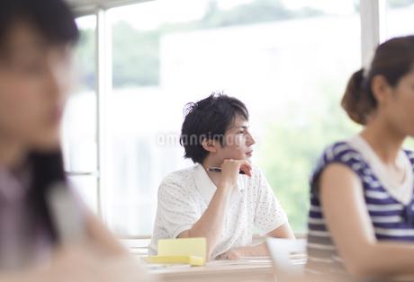 教室で考える男子学生の写真素材 [FYI02971355]