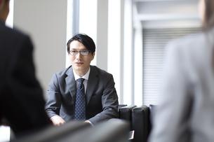 打ち合わせをするビジネス男性の写真素材 [FYI02971369]