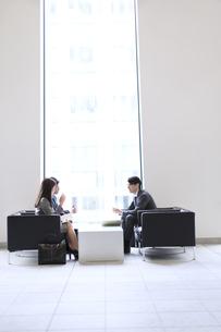 打ち合わせをするビジネス男女の横顔の写真素材 [FYI02971376]