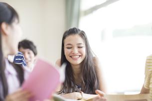 教室で笑う学生とクラスメイトの写真素材 [FYI02971389]