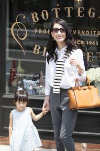 ウィンドウショッピングを楽しむ親子の写真素材 [FYI02971394]