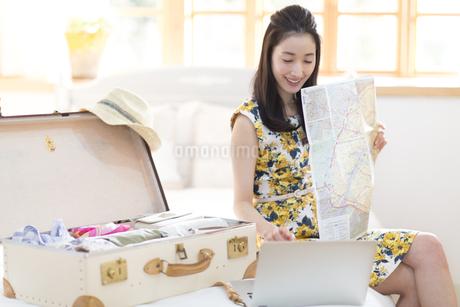 旅行の準備をする笑顔の女性の写真素材 [FYI02971395]