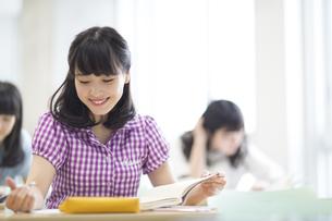 授業を受ける女子学生の写真素材 [FYI02971397]