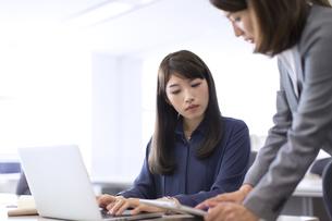 オフィスで打ち合せをするビジネス女性2人の写真素材 [FYI02971401]