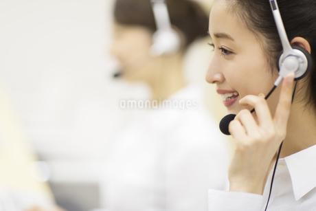 応対するカスタマーセンターの女性の写真素材 [FYI02971402]
