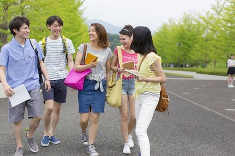 キャンパスを歩く学生たちの写真素材 [FYI02971404]