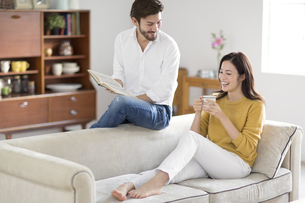ソファーでくつろぐ男性と女性の写真素材 [FYI02971405]