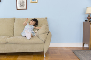ソファーに座る女の子の写真素材 [FYI02971406]