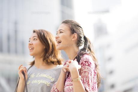 街中で遠くを見る2人の女性の写真素材 [FYI02971408]