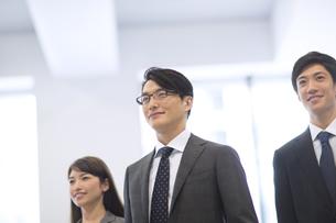 オフィスビルのロビーで微笑むビジネス男女の写真素材 [FYI02971412]