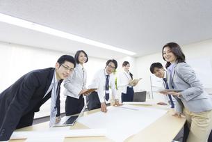 会議室で揃って微笑むビジネス男女の写真素材 [FYI02971417]