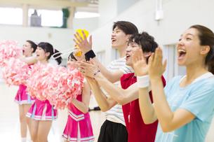 体育館で並んで観戦する学生たちの写真素材 [FYI02971426]