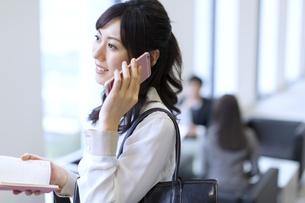 スマートフォンで通話するビジネス女性の写真素材 [FYI02971430]