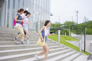 建物の前の階段を駆ける学生たちの写真素材 [FYI02971432]