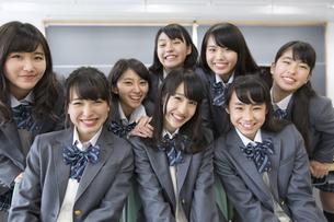 教室で微笑む女子高校生たちの写真素材 [FYI02971433]