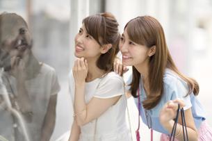 ウィンドウショッピングを楽しむ2人の女性の写真素材 [FYI02971434]