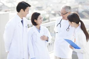屋上で談笑する医師たちの写真素材 [FYI02971446]