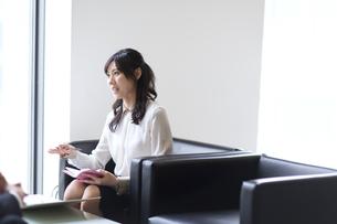 打ち合わせをするビジネス女性の写真素材 [FYI02971453]