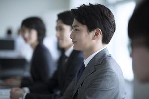会議中に前を向くビジネス男性の横顔の写真素材 [FYI02971456]