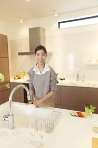 台所で皿を洗う女性のスナップの写真素材 [FYI02971458]