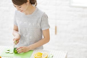 包丁で果物を切る女性の写真素材 [FYI02971460]