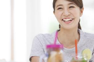 笑顔の女性のポートレートの写真素材 [FYI02971479]